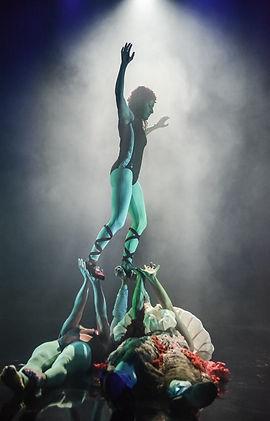circus artist physical theatre contemporary circus acrobatics adagio arobalance