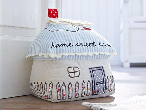 Теплий подарунок: подушки-будиночки своїми руками