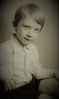 Денис Кондратьев, мальчик на стуле