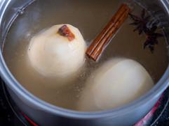 Pochierte Birnen in Kombucha mit Kokosjoghurt und Birnen-Nuss-Crisp