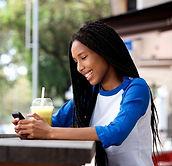 feliz-jovem-mulher-africana-sentando-em-