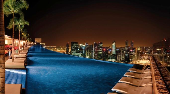 Marina Bay Sands Pool bei Nacht.jpg