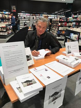 L'auteur Philippe Mary du roman Promenade autour d'Hoan Kiem en séance de dédicace à Dax