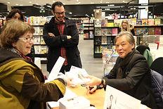 L'auteur Philippe Mary du roman Promenade autour d'Hoan Kiem en séance de dédicace à St Paul lès Dax