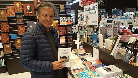 L'auteur Philippe Mary avec son roman Promenade autour d'Hoan Kiem.