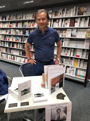 """Séance de dédicace du roman """"Promenade autour d'Hoan Kiem"""" de Philippe Mary à l'Espace culturel Leclerc à Villeneuve-sur-Lot"""