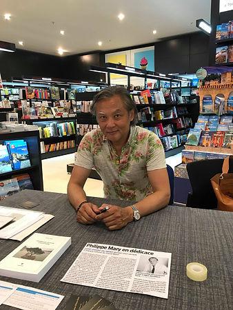 """Séance de dédicace du roman """"Promenade autour d'Hoan Kiem"""" de Philippe Mary à l'Espace culturel Leclerc Mont-de-Marsan"""