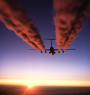C-141_Starlifter_contrail_crop1.png
