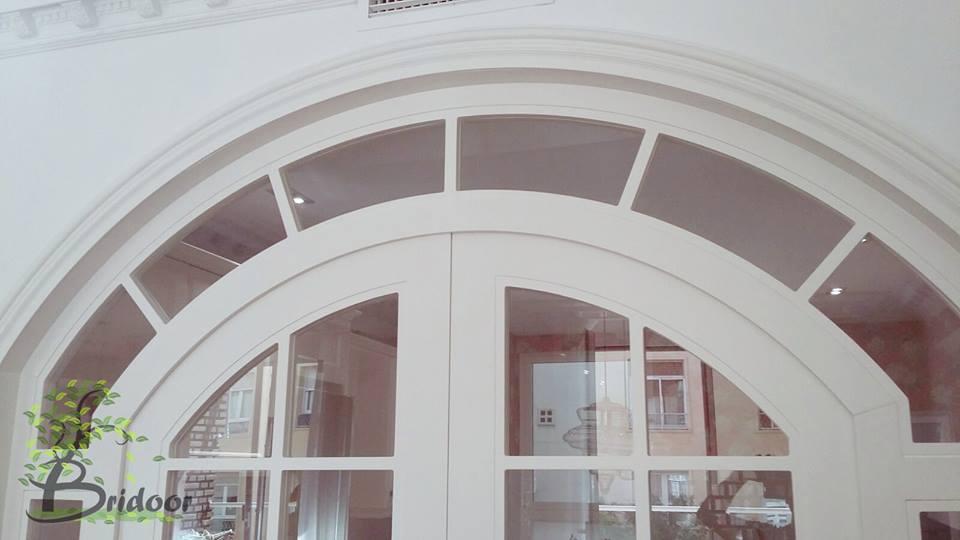 Puerta lacada a medida con vidriera
