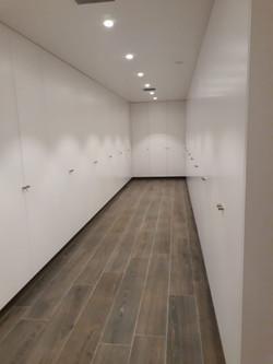 Amplio vestidor lacado
