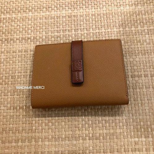 【LOEWE】Medium Vertical Wallet / Light Caramel+Pecan