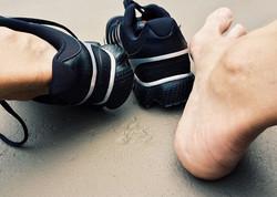 הקשר בין כף רגל שטוחה לפציעות