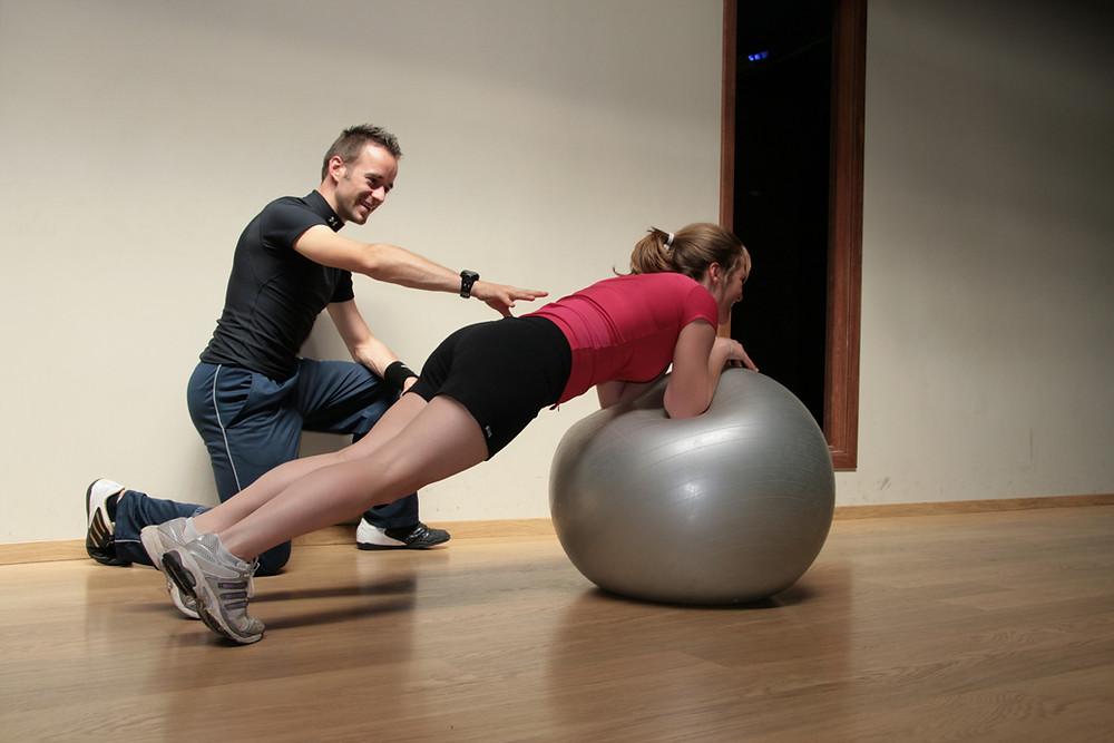 תרגילים איזומטריים/סטטיים לשרירי הבטן והליבה יעילים על תרגילים דינמיים/תנועתיים להשגת רכיבי כוח של כוח מירבי, חיזוק והיפרטרופיה