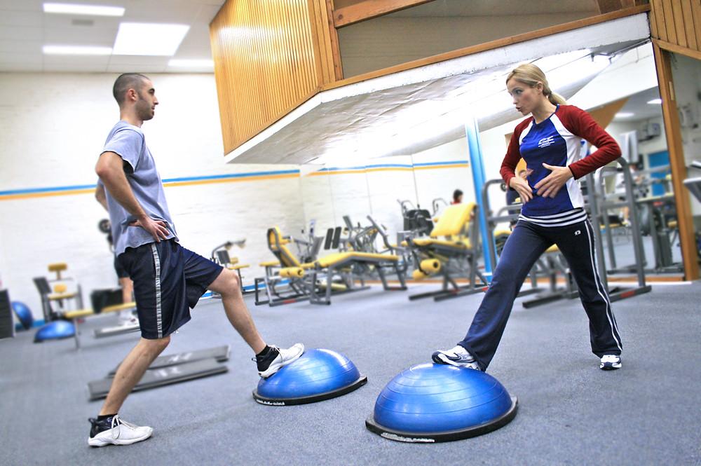 שכוח שרירי הליבה הינו בעל משמעות משנית בכושר גופני וביצועים אתלטיים שונים בנבדקים מאומנים.