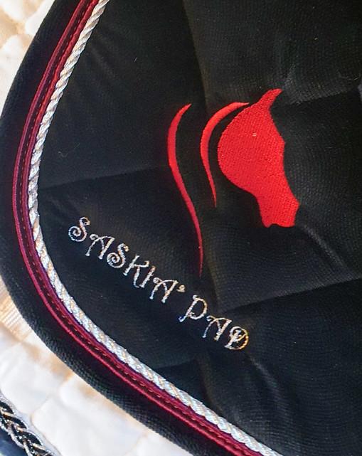 Broderie sur tapid de Dressage velours noir
