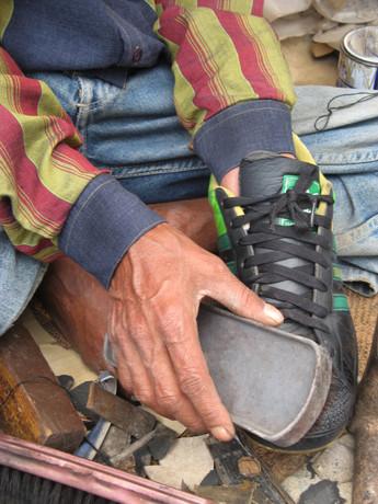 מצחצח הנעליים בפינת השוק בדהמראסלה