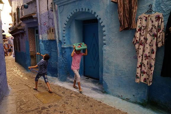 שובבות בסמטה כחולה במרוקו