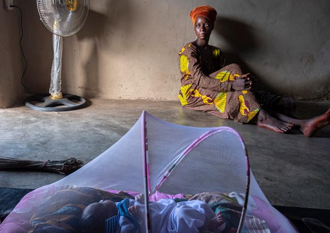 מחשבות נוגות של אם צעירה בבקתה בגאנה