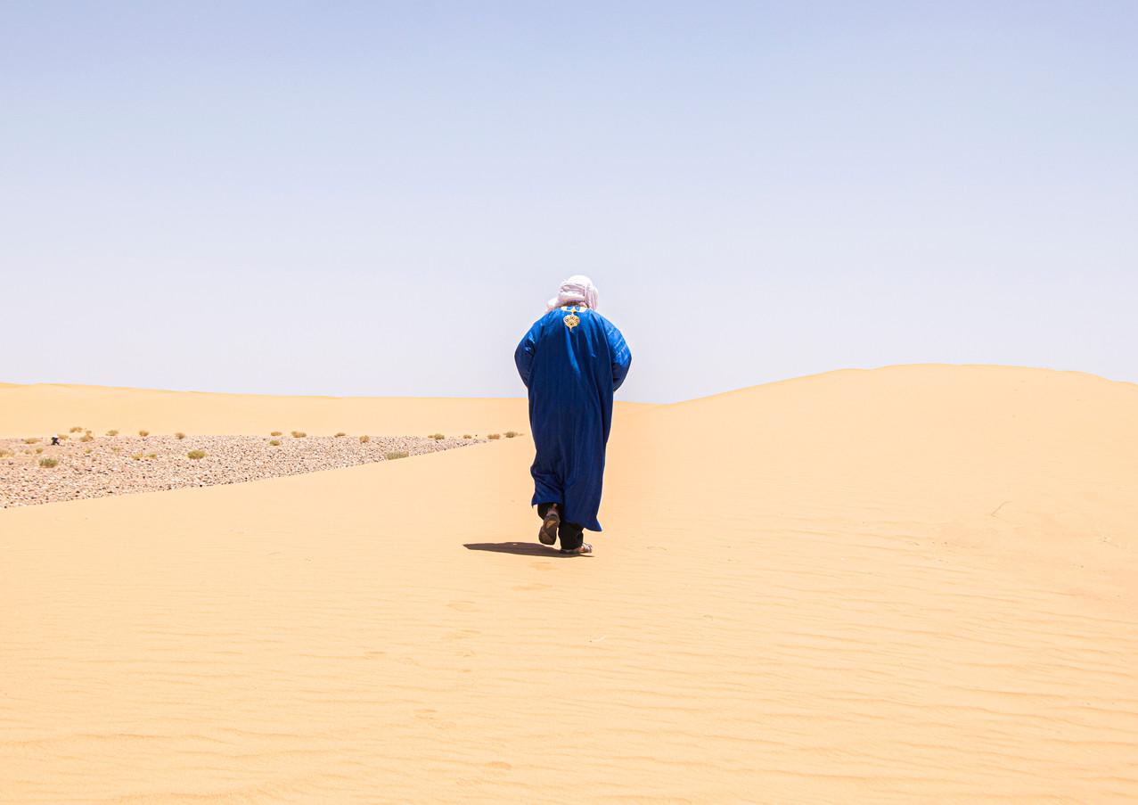 איש ומשולש במרחבי החולות במרוקו