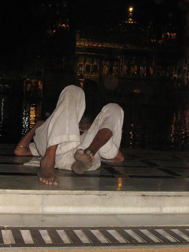 ישנים על רחבת השיש במקדש הזהב