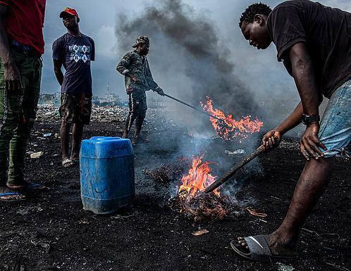 שרפת רכיבים אלקטרונים באתר הפסולת הגדול בעולם בגאנה