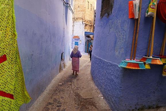 מטאטא ואישה בסמטה כחולה