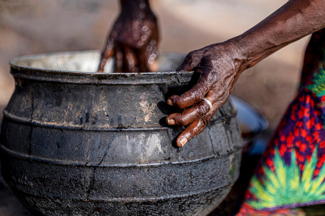 הסיר הגדול בו מתבשלת הארוחה לכל החמולה המשפחתית      בגאנה
