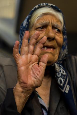 חיכיתי לה שתתקרב מקצה רחוב השוק במונטנגרו. לכשהגיעה היא הרימה לקראתי את ידה לשלום כחברות וותיקות.