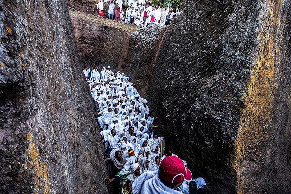 הליכה בנקיק אל   המקום המקודש לכבוד טקס לשנה האזרחית החדשה באתיופיה