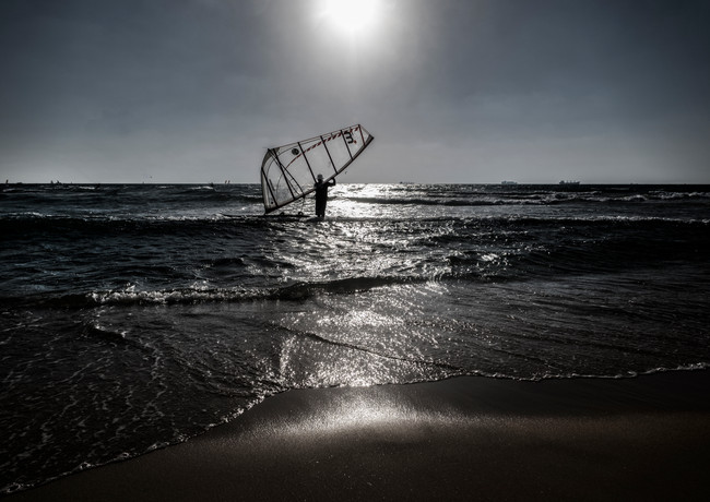 מפרש בודד בחוף אשדוד