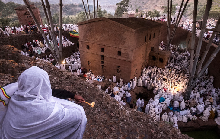 מראש המצוק הוא צופה בדממה אל הטקס    לכבוד השנה האזרית החדשה שנערך למטה במקום הכי מקודש בעיר לליבלה שבאתיופיה