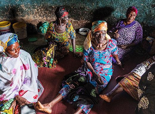 מפגש נשים בבקתה בגאנה