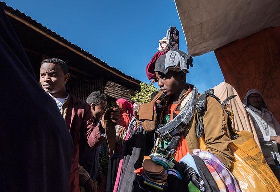 קולב אנושי בשוק הגת באתיופיה