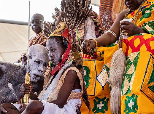 הלוחש לבן המלכות בטקס להצלחת יבול הדוחן  בגאנה