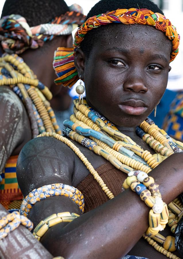 את מיטב תכשיטיה היא עונדת לכבוד הטקס בגאנה
