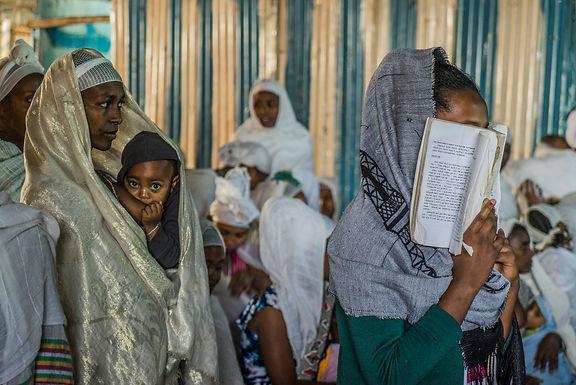 תפילת בוקר בבית הכנסת היהודי בעיר  גונדר באתיופיה
