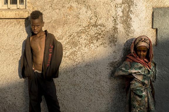 אח ואחות בקרן רחוב באתיופיה