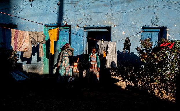 מפגש מהוסס בפתח  הבית באתיופיה