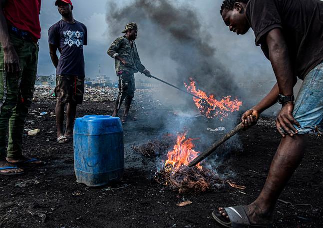 מיון רכיבים האלקטרונים באתר   הפסולת  הגדול בעולם בגאנה