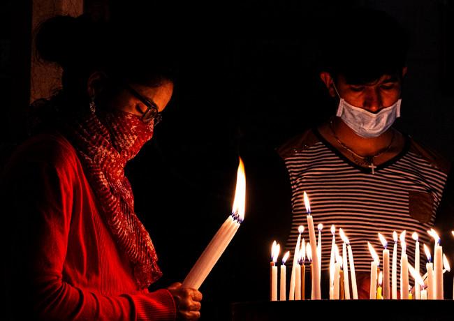 מתפללים עם מסכות בימי הקורונה   בכנסיית הקבר ברובע הנוצרי   בירושלים