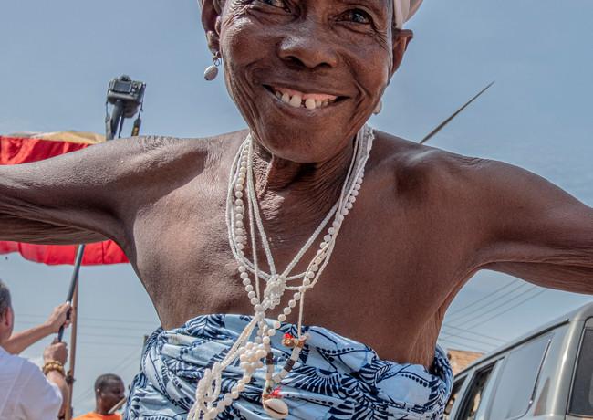היא לא הפסיקה לרקוד לפני אפריון הציף בדרך הארוכה אל הטקס להצלחת יבול הדוחן בגאנה