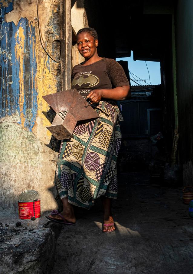 התארגנות בוקר מוקדמת לפתיחת החנות בגאנה