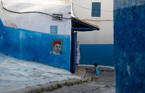 במורד הסמטה בעיר הכחולה במרוקו