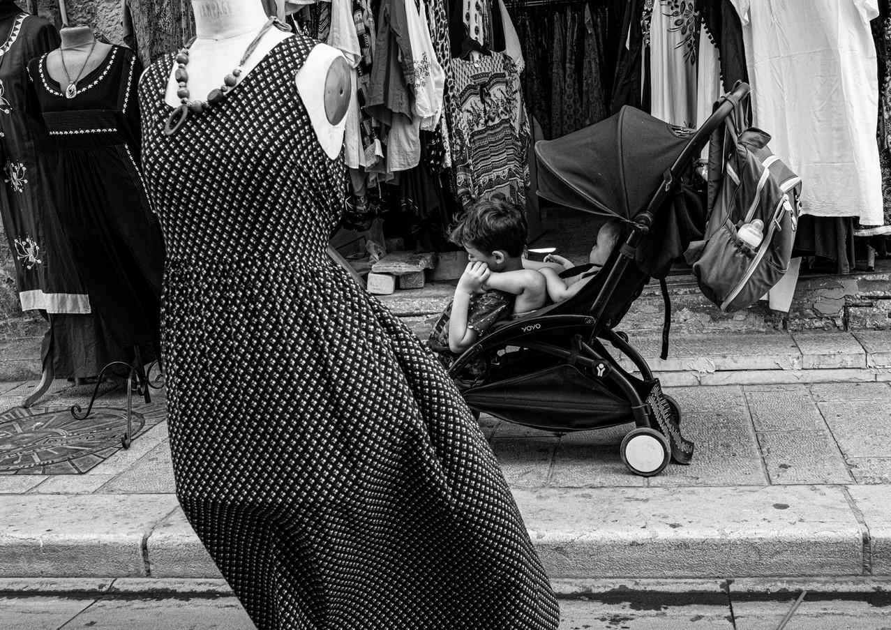 בין השמלות בשישישוק ביפו