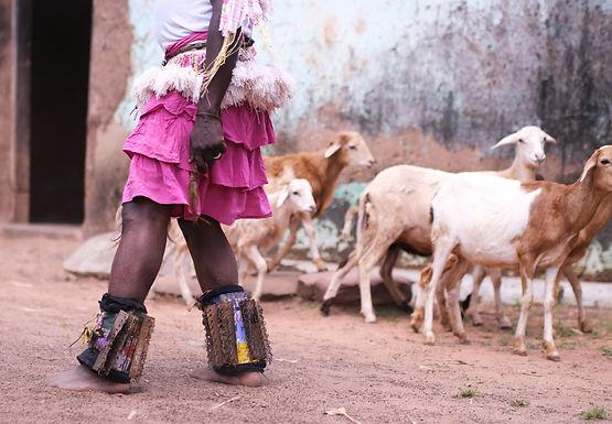 ריקודים וגדיים ברחבת הכפר