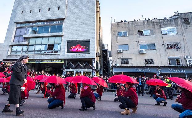 מחול המטריות בתהלוכה לכבוד השנה האזרחית החדשה  בנצרת