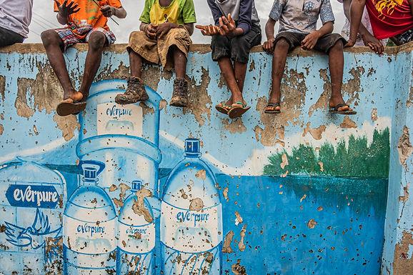 משני עברי החומה בגאנה