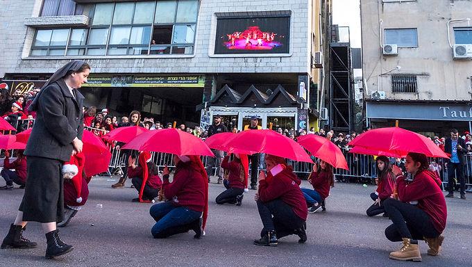 מטריות אדומות בטקס לשנה האזרחית החדשה בנצרת