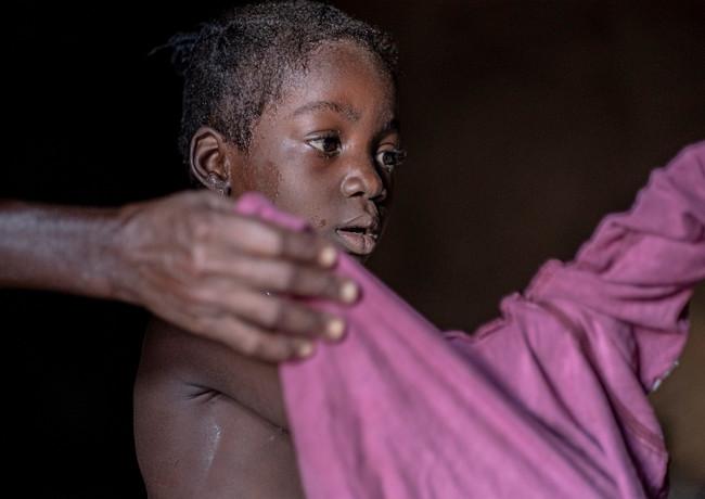 אחרי הרחצה במעמקי בקתה בגאנה