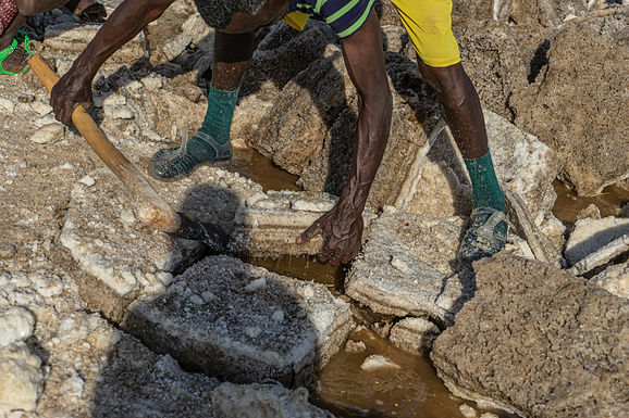כל כך כבדים גושי המלח במדבר דנקיל הלוהט